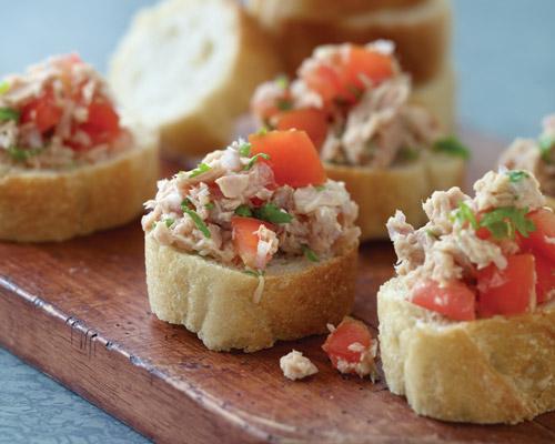 bánh mì cá ngừ cà chua