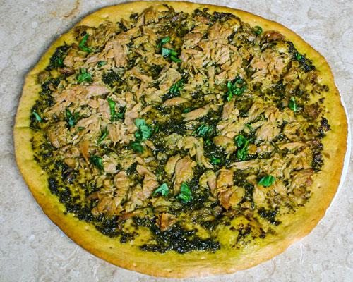 pizza cá ngừ sốt pesto